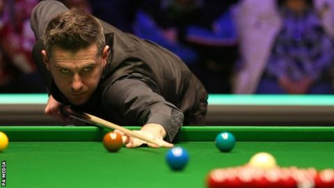 Mark Selby breaks off