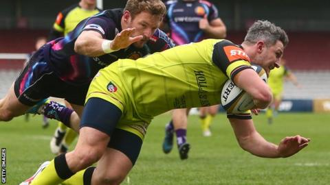 Tom Brady scores a first half try for Leicester