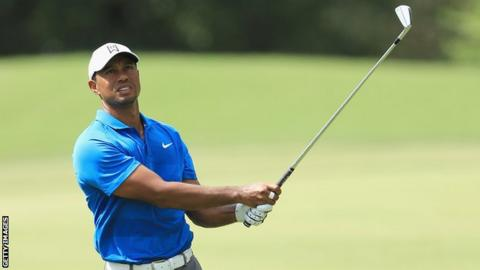 Woods shares lead at Tour Championship