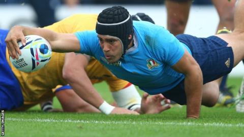 Italy's Edoardo Gori scores a try against Romania at the 2015 World Cup