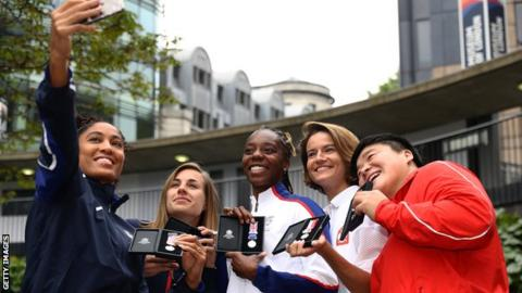 Queen Harrison of the USA takes a selfie with Ninon Guillon-Romarin of France, Lorraine Ugen of Great Britain, Anna Jagaciak-Michalska of Poland and Gong Lijao of China