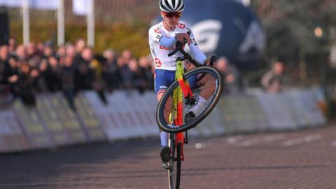 Thomas Pidcock celebrates during the 16th European Cyclo-cross Championships with a wheelie