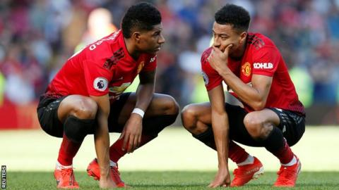 Marcus Rashford and Jesse Lingard crouched down during a Man Utd match