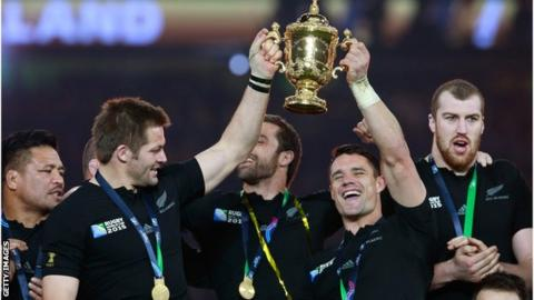 Richie McCaw and Dan Carter hoist the Webb Ellis Cup
