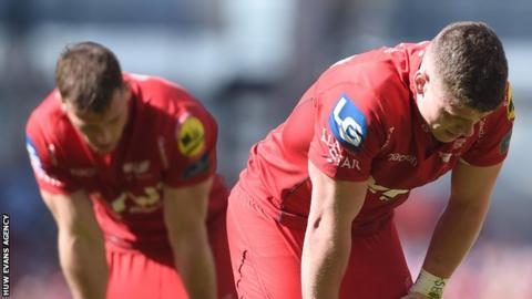 Scott Williams (R) was dejected after defeat by Leinster in Dublin
