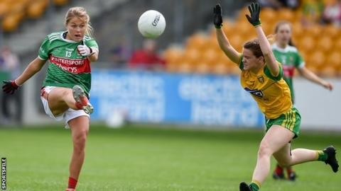 Donegal's Niamh Carr attempts to block a Sarah Rowe shot