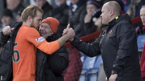 Dundee United's Mixu Paatelainen (right) congratulates striker Henri Anier