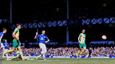 James McCarthy scores for Everton against Norwich