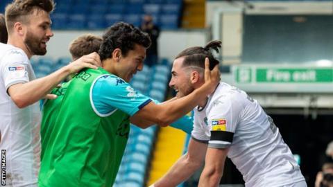 Leeds sign 18-year-old English striker Gelhardt