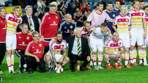 Gordon Strachan, players and backroom staff pose for a photo after the win over Gibraltar