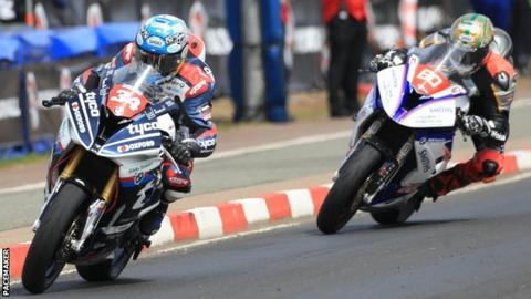 Alastair Seeley leads Peter Hickman in a thrilling Superstock race 2 in 2018
