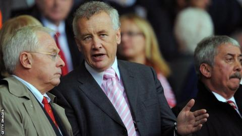 Liverpool's US co-owner George Gillett (L) stands with club chief executive Rick Parry (C)