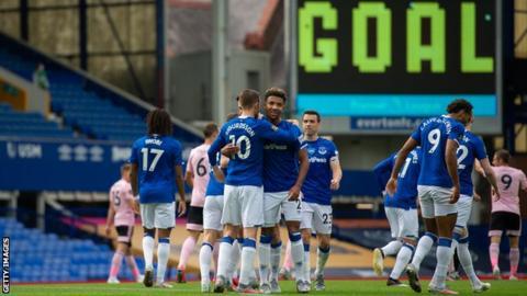 Everton celebrate Gylfi Sigurdsson's penalty