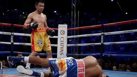 Srisaket Sor Rungvisai knocks down Roman Gonzalez