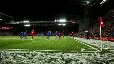 Liverpool play Leicester in the snow