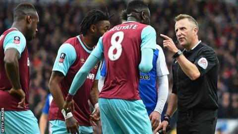 Cheikhou Kouyate being sent off by Jonathan Moss