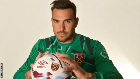 West Ham sign Espanyol goalkeeper Roberto