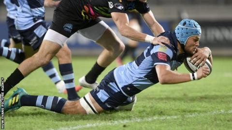 Olly Robinson of Cardff Blues scores a try despite the efforts of Carlo Canna of Zebre