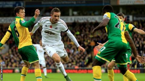 Gylfi Sigurdsson comes under pressure from Norwich defenders
