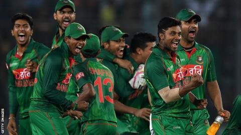 Bangladesh celebrate Jos Buttler's wicket