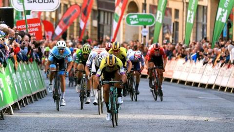 Dylan Groenewegen outsprints Mathieu van der Poel in Newcastle