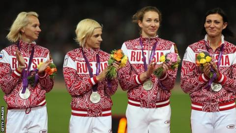 Yulia Gushchina and members of Russia's 4x400m relay team