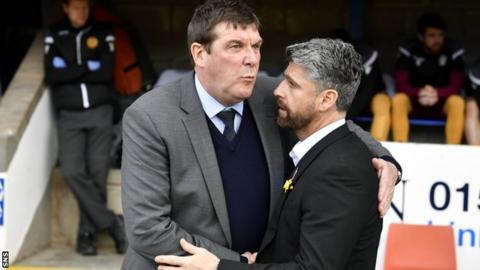 St Johnstone manager Tommy Wright and Motherwell's Stephen Robinson embrace