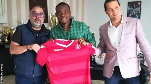 Souleymane Coulibaly (centre) with club officials from from Etoile du Sahel