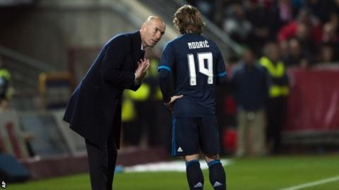 Zinedine Zidane speaks to Luka Modric