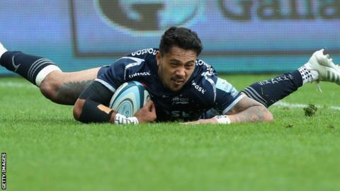 Denny Solomona scores a try for Sale against Worcester