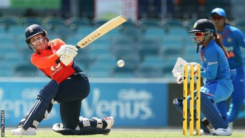 Tammy Beaumont sweeps the ball