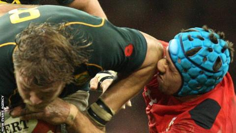 Duane Vermeulen of South Africa collides with Wales' Justin Tipuric in 2013