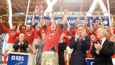 Captain Ryan Jones celebrates the 2008 Grand Slam with his team-mates