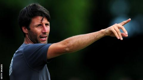 Danny Cowley gives his players intructions
