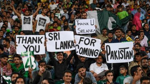 Fans hold up signs thanking Sri Lanka for touring Pakistan