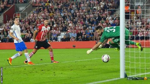Charlie Austin heads Southampton's second goal against Sparta Prague