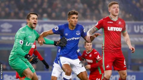 Swansea City goalkeeper Lukasz Fabianski (L) and Everton striker Dominic Calvert-Lewin (C) wait for a corner with Swansea City defender Alfie Mawson