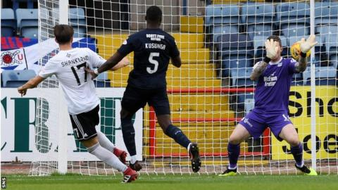 Shankland scores the opener against Dundee