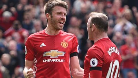 Michael Carrick celebrates with Wayne Rooney