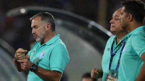 Mick McDerrmott (left) worked as assistant coach of Iran at last year's World Cup