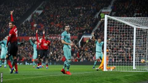 Arsenal and Manchester United drew 2-2 at Old Trafford in the Premier League on 5 December