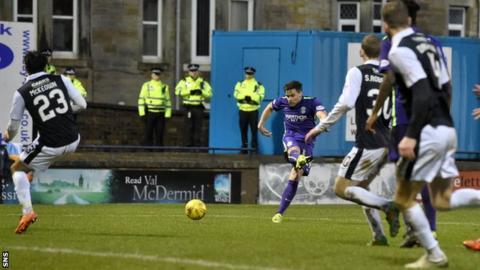 Darren McGregor scores for Hibernian against Raith Rovers