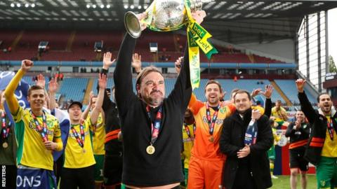 Daniel Farke lifts the Championship trophy