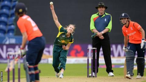 Ellyse Perry bowls in the Women's Ashes