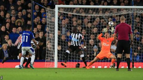 Theo Walcott scores for Everton against Newcastle