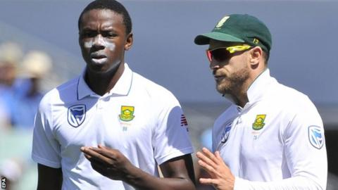 Faf du Plessis (right) chats to bowler Kagiso Rabada during the third Test against Australia