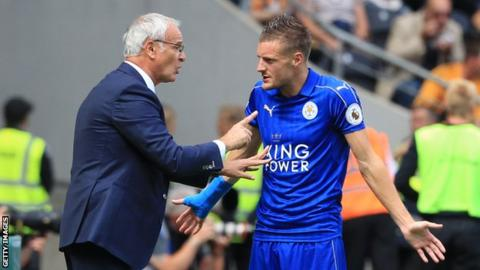 Jamie Vardy and Claudio Ranieri in discussion
