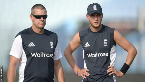 Ashley Giles (left) offers tip to Stuart Broad when he was England's ODI coach in 2014
