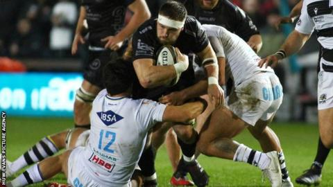 Harrison Keddie of Dragons is tackled by Tomaso Bonti and Marcello Violi of Zebre