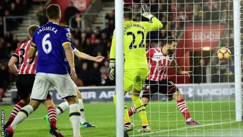 Charlie Austin puts Southampton ahead against Everton after 41 seconds